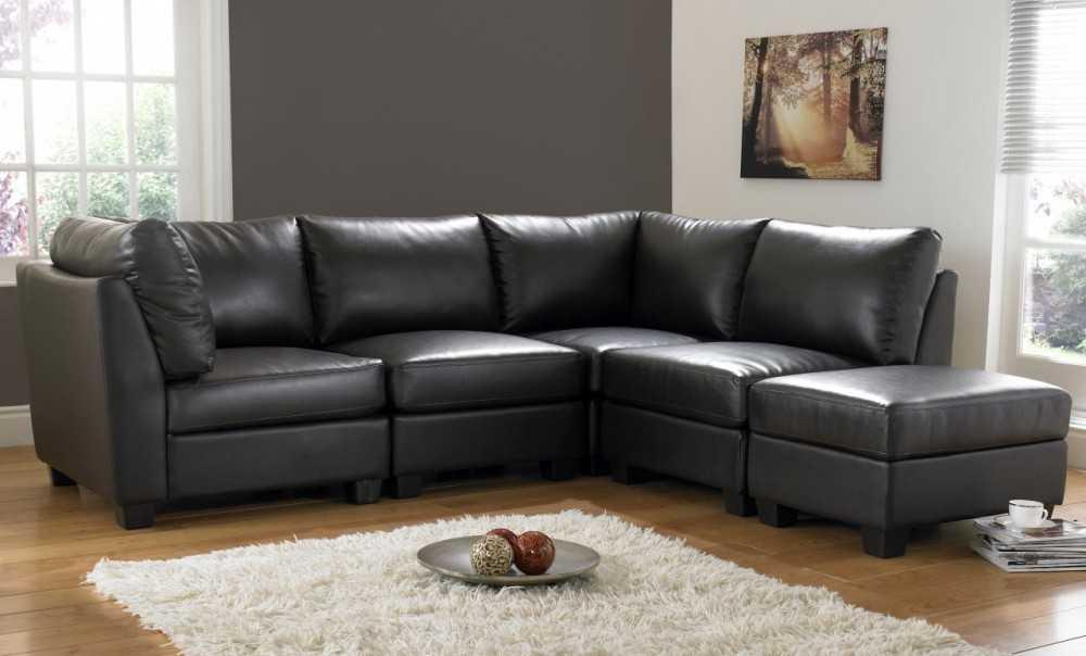 Угловой диван черного цвета в интерьере