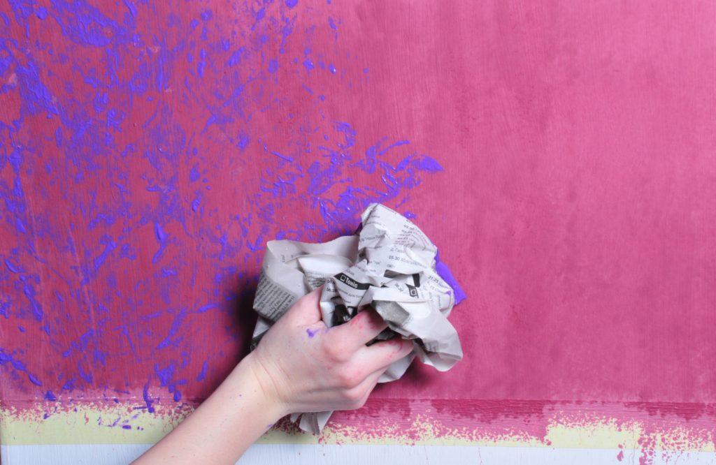 Использование в дизайне фактурной краски - способ нанесения плотной бумагой или газетой